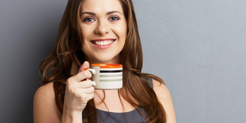 La technique pour éviter que le café tache les dents