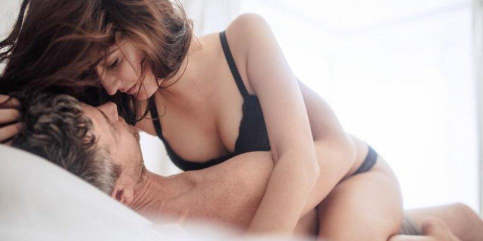 sensuel jeune couple regardant les uns les autres passionnément intime jeune couple sur lit profitant les préliminaires...