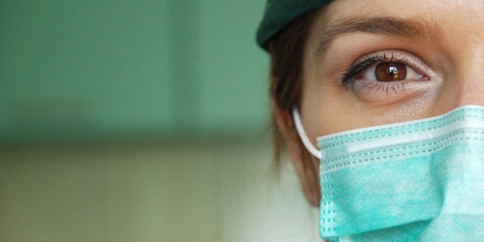 Covid-19 : comment mettre un masque chirurgical bleu et blanc ?