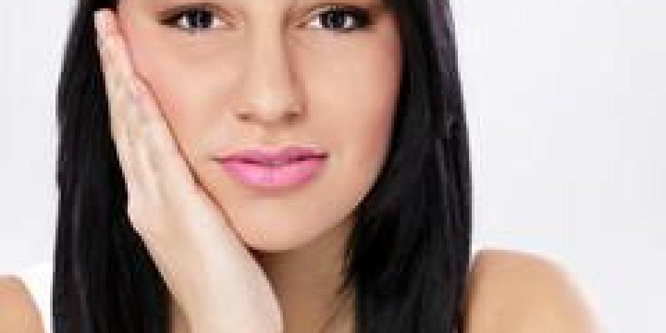 jeune femme dans la douleur a mal aux dents