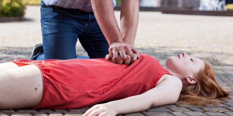 Les femmes reçoivent moins de massages cardiaques que les hommes à cause de... leur poitrine