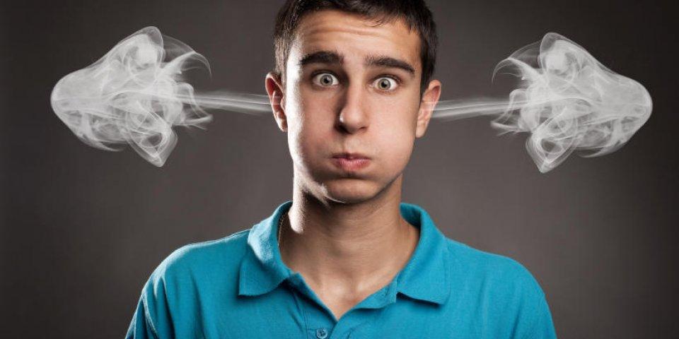 jeune homme avec de la fumée sur ses oreilles