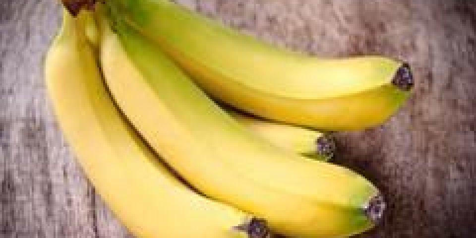 bananes fraîches sur fond en bois