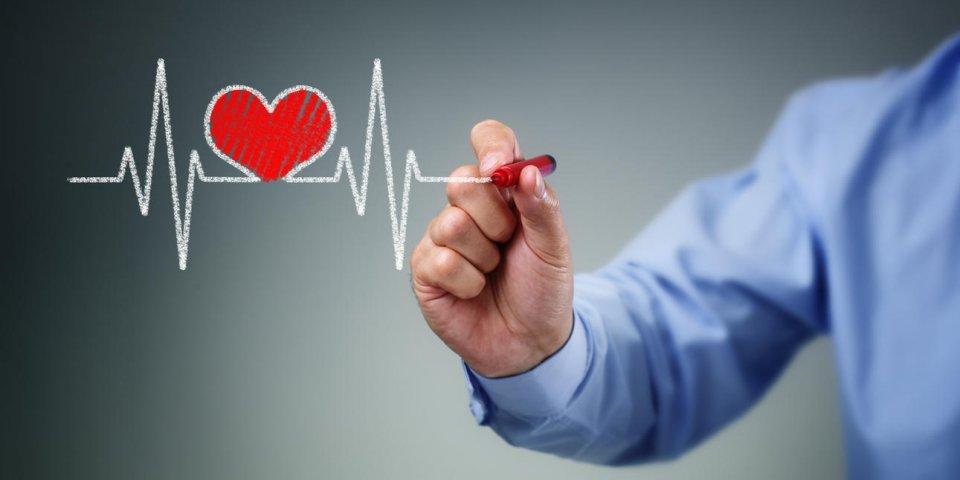 dessin graphique de battement de coeur à l'écran avec un concept de stylo pour trace de pouls de style de vie sain