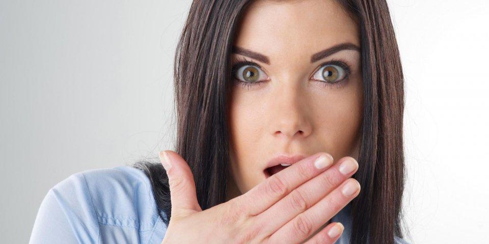 femme avec la main sur la bouche