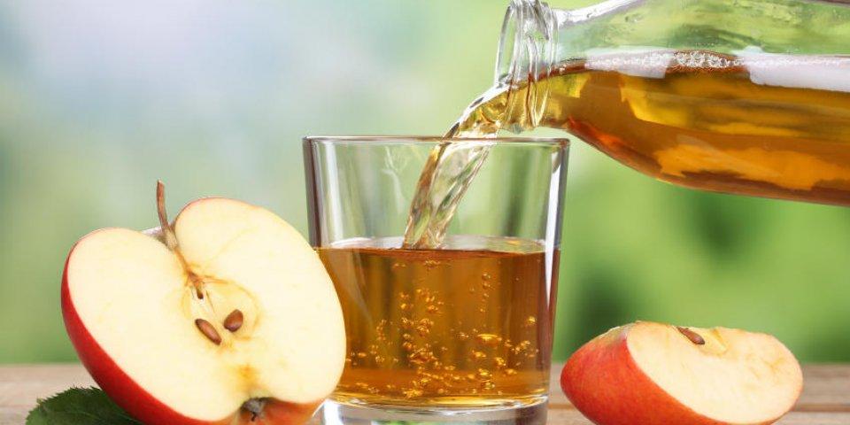 jus de pomme versant de pommes rouges fruits en été dans un verre