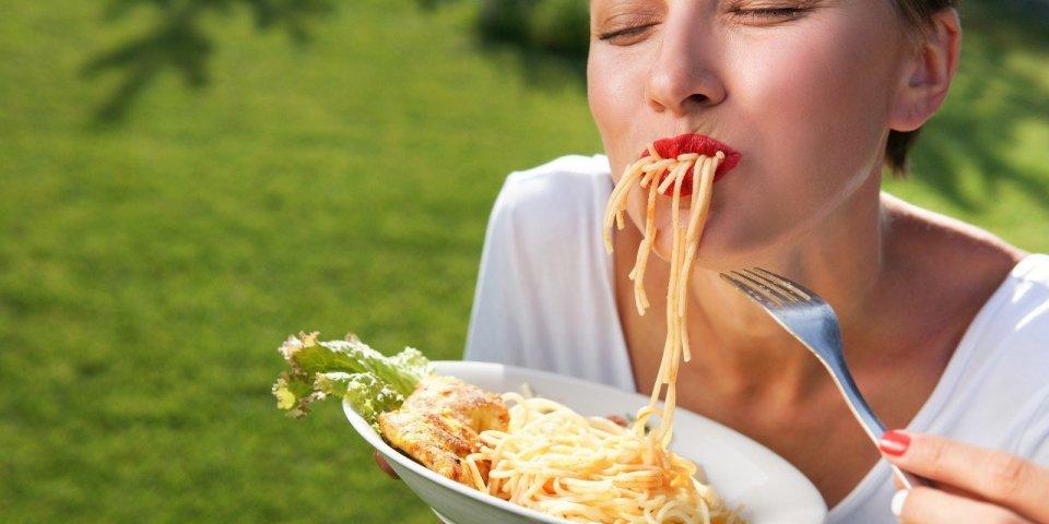 Manger en faisant du bruit donne une meilleure saveur aux aliments