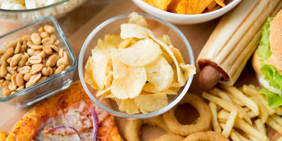 restauration rapide et concept de mauvaise alimentation - gros plan de différentes collations de restauration rapide sur...