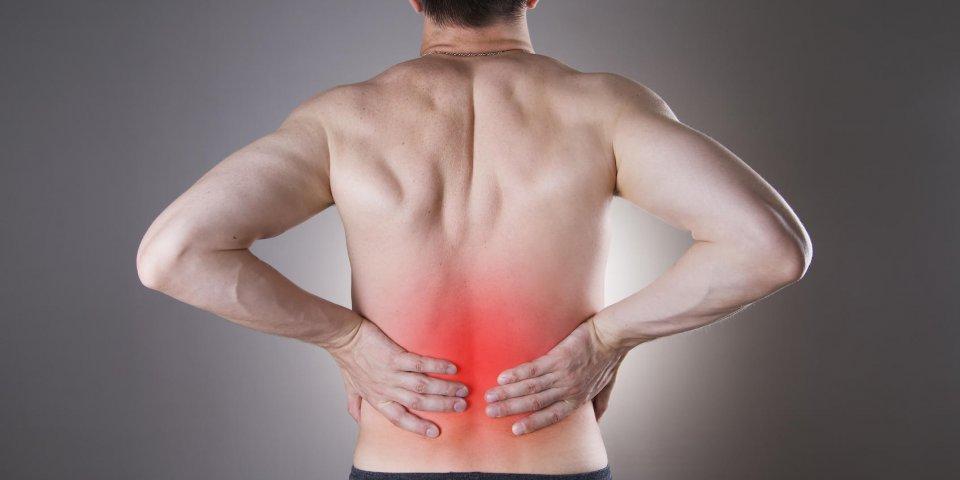 homme de douleur rénale avec douleur au dos dans le corps de l'homme sur un fond gris avec point rouge