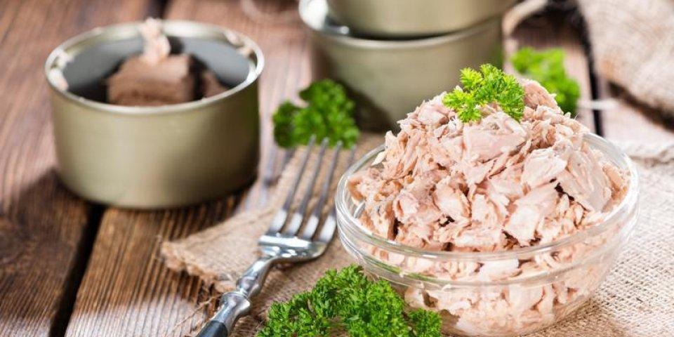 portion de thon avec du persil frais sur fond en bois