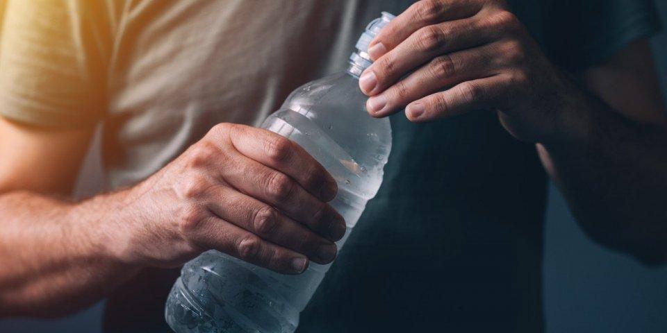 Covid-19 : il a failli mourir en voulant se soigner en buvant 5 litres d'eau