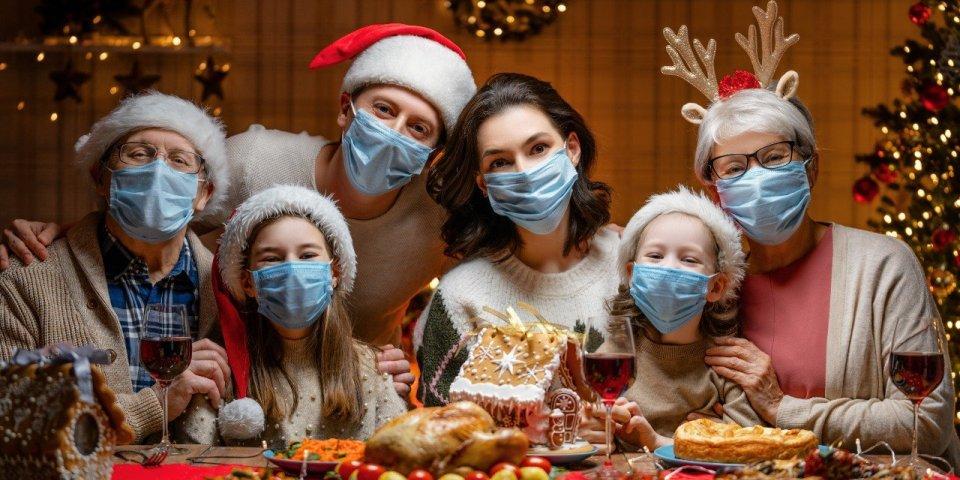 Noël : l'OMS préconise de porter le masque pendant les réunions familiales
