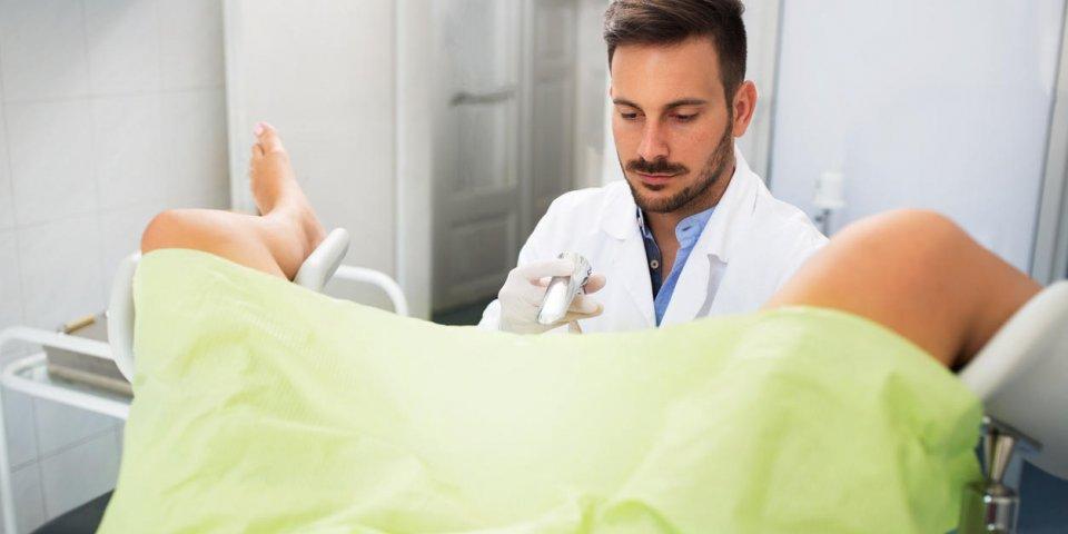 belle jeune femme gisant dans la clinique de gynécologie, examen de gynécologue