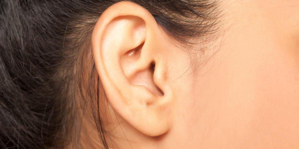 gros plan d'une oreille féminine