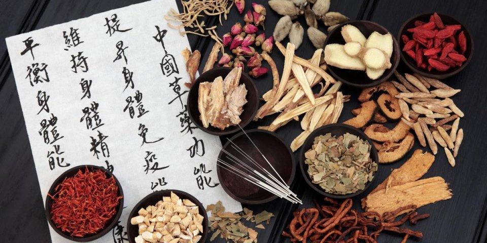 aiguilles d'acupuncture avec sélection de plantes médicinales chinoises et calligraphie mandarine sur papier de riz dé...