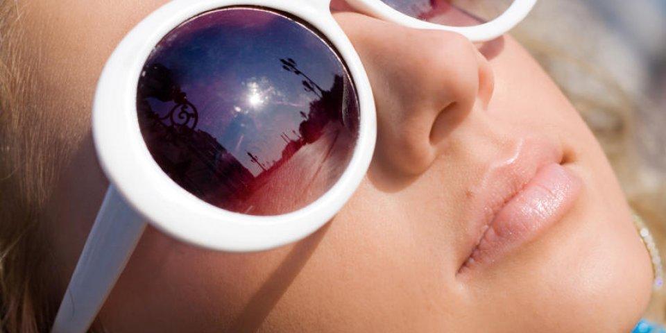 visage de belle fille en grosses lunettes de soleil blanches